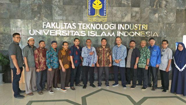 Penandatanganan MoU STMIK Triguna Dharma dengan Universitas Islam Indonesia.